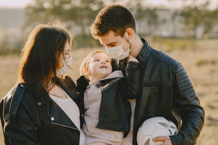 A couple not putting on a mask on their baby as it is dangerus for him.